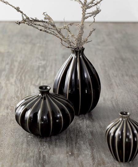 43  črne keramične vaze